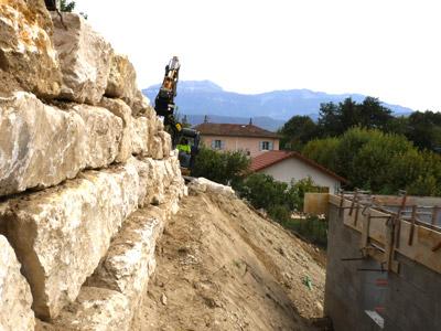Travaux d'enrochement de soutènement dans le pays voironnais, en Isère, en Savoie